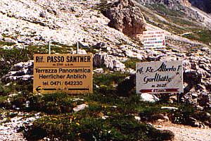 Der Schilderwald läßt die Nähe zur Adria erahnen